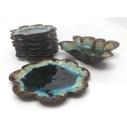 Keramikas trauku komplekts - 1 dziļais servējamais trauks, 1 servējamais šķīvis, 10 šķīvji