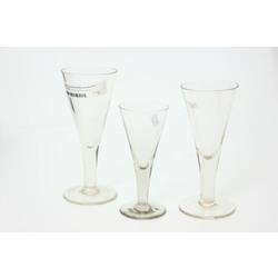 3 stikla glāzes