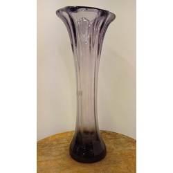 Krāsainā stikla vāze violetā krāsā
