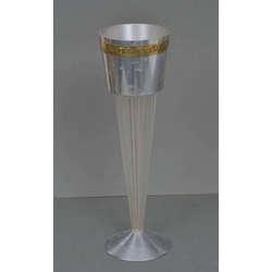 Stikla kauss ar metāla apdari