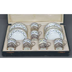 Porcelāna tasītes un apakštasītes 6 personām ar sudraba glāžu turētājiem oriģinālajā kastē