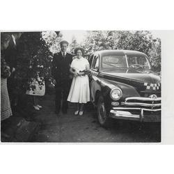 Fotogrāfija pie automobīļa