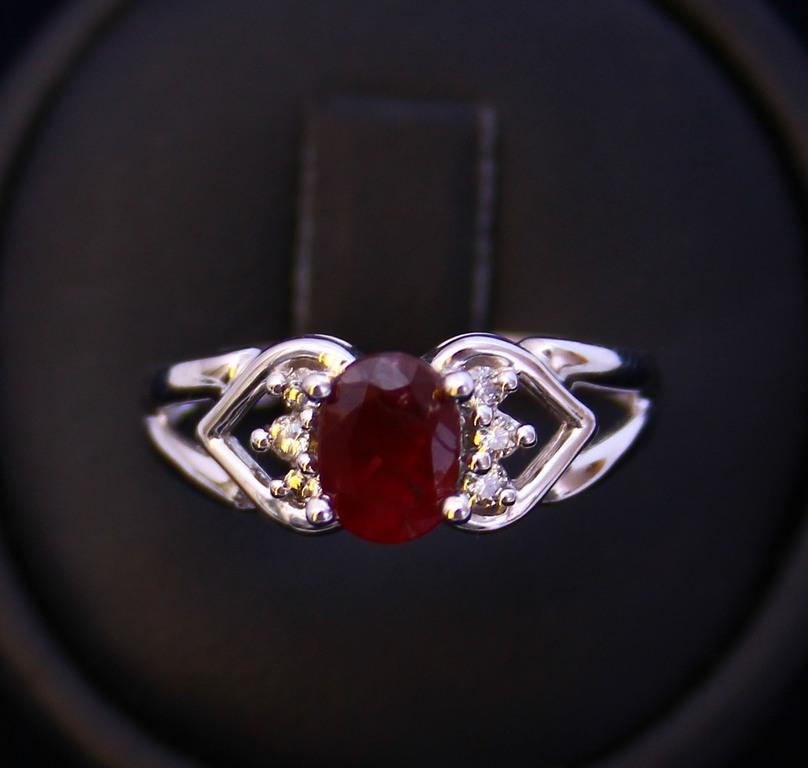 Zelta gredzens ar briljantiem un rubīnu