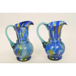 Divas krāsainā stikla piena krūkas