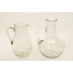 Divas stikla krūkas