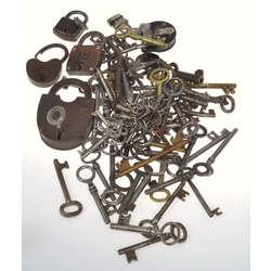 Dažādu atslēgu kolekcija (104 atslēgas + 7 slēdzenes)