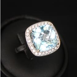 Zelta gredzens ar topāzu un briljantiem