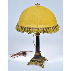 Galda lampa ar dzeltenu kupolu