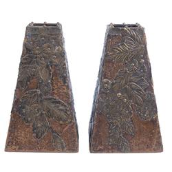 Koka vāzes ar misiņa un kapara kalumiem
